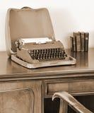 Oude schrijfmachine bij het schrijven van bureau stock afbeeldingen