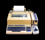 Oude schrijfmachine Geïsoleerd op zwarte achtergrond stock afbeelding