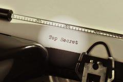 Oude schrijfmachine met de geschreven tekstbovenkant - geheim stock foto's