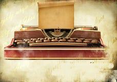 Oude schrijfmachine met een blad van document stock fotografie