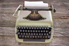 Oude schrijfmachine met leeg document Royalty-vrije Stock Afbeeldingen