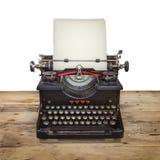 Oude schrijfmachine op een uitstekende houten vloer Stock Foto