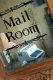 Oude schrijfmachine in postkamer Stock Afbeelding