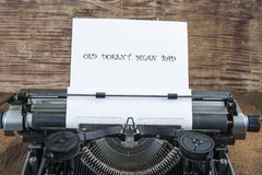 Oude schrijfmachine van de jaren '70 met document en exemplaarruimte Oude doesn ` t betekent slecht royalty-vrije stock afbeelding