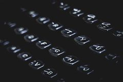 Oude schrijfmachinesleutels en brieven Zwart humeurig concept royalty-vrije stock foto