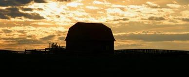 Oude schuur bij zonsopgang royalty-vrije stock foto's