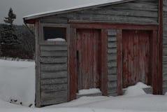 Oude schuur met klassieke rode deuren Royalty-vrije Stock Foto's