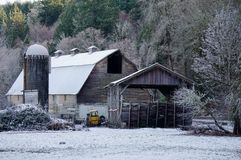 Oude schuur met sneeuw Stock Afbeeldingen
