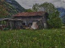 Oude schuur op een gebied in de lente Stock Fotografie