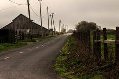 Oude schuur op een landweg Stock Fotografie