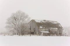 Oude schuur in sneeuw en mist Royalty-vrije Stock Afbeelding