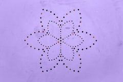 Oude sjofele geschilderde metaaloppervlakte Het geperforeerde patroon van het bloembloemblaadje Gaten in een metaal Kleur van het royalty-vrije stock foto