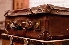 Oude sjofele koffers Stock Foto's