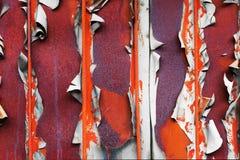 Oude sjofele oppervlakte met metaal oranje staven stock afbeelding