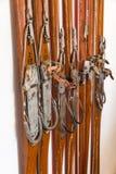 Oude skis die op de muur hangen Stock Afbeelding