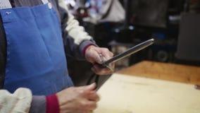 Oude slager die zijn mes in langzame motie scherpen stock footage