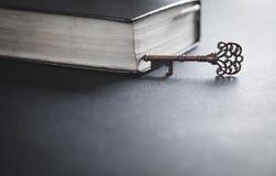 Oude sleutel met bijbel Concept wijsheid en kennis royalty-vrije stock afbeeldingen