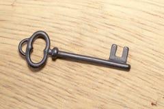 Oude sleutel op een houten achtergrond Royalty-vrije Stock Foto's