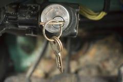 Oude sleutels in de auto Stock Foto