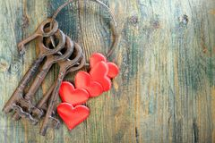 Oude sleutels en een rood hart. Stock Foto's