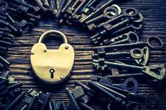 Oude sleutels en sloten op oude houten lijst Royalty-vrije Stock Foto's