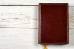 Oude sleutels op boek, antieke houten achtergrond Royalty-vrije Stock Foto