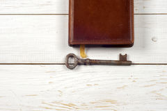 Oude sleutels op boek, antieke houten achtergrond Royalty-vrije Stock Fotografie