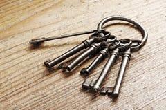 Oude sleutels op een houten lijst Royalty-vrije Stock Afbeelding