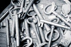 Oude sleutels op een houten lijst, verwerkte kleur Stock Afbeelding