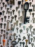 Oude Sleutels op een Muurvertoning Stock Fotografie