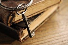 Oude sleutels op een oud boek Royalty-vrije Stock Afbeeldingen
