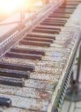 Oude, oude sleutels van de piano stock foto's