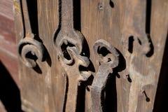 Oude sleutels voor het maken van slotenmakerreparaties Toebehoren in een oude hom stock afbeeldingen