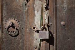 Oude sloten en deuren met klinken royalty-vrije stock fotografie