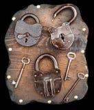 Oude sloten en sleutels op houten plank Royalty-vrije Stock Afbeelding