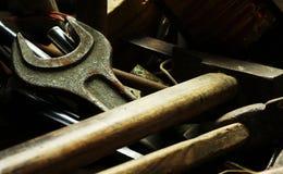Oude slotenmakerhulpmiddelen op dark Royalty-vrije Stock Fotografie