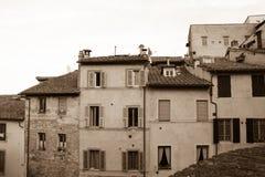 Oude smalle gebouwen in Siena, Toscanië, Italië Oud polair effect stock afbeelding