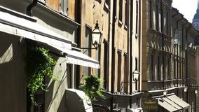 Oude smalle straat in centraal Stockholm Oude Stad stock video