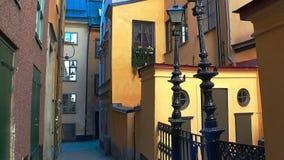 Oude smalle straat in centraal Stockholm Oude Stad stock videobeelden
