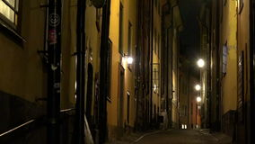 Oude smalle straat in centraal Stockholm Oude Stad Nacht, lichten stock footage
