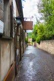 Oude smalle straat van stoepbetonmolens Stock Fotografie