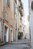 Oude smalle straat in Villefranche-sur-Mer Stock Foto