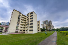 Oude sociale woningbouw in Singapore met donkere wolken Royalty-vrije Stock Fotografie