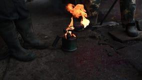 Oude soldeerlampverbranding, de verwijdering van het hulpmiddelenhaar en varkensreinigingsmachine, voorbereiding aan het fris wor stock video
