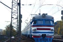 Oude sovjet elektrische trein met verouderd ontwerp die zich per spoor bewegen stock afbeelding