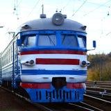 Oude sovjet elektrische trein met verouderd ontwerp die zich per spoor bewegen royalty-vrije stock afbeeldingen