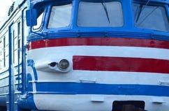 Oude sovjet elektrische trein met verouderd ontwerp die zich per spoor bewegen royalty-vrije stock foto