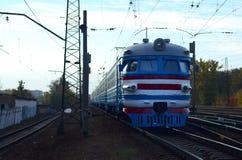 Oude sovjet elektrische trein met verouderd ontwerp die zich per spoor bewegen royalty-vrije stock afbeelding