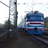 Oude sovjet elektrische trein met verouderd ontwerp die zich per spoor bewegen royalty-vrije stock fotografie