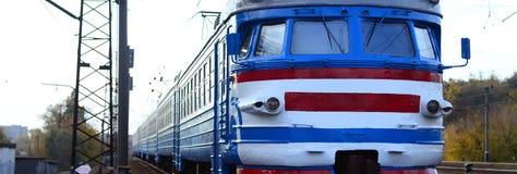 Oude sovjet elektrische trein met verouderd ontwerp die zich per spoor bewegen stock fotografie